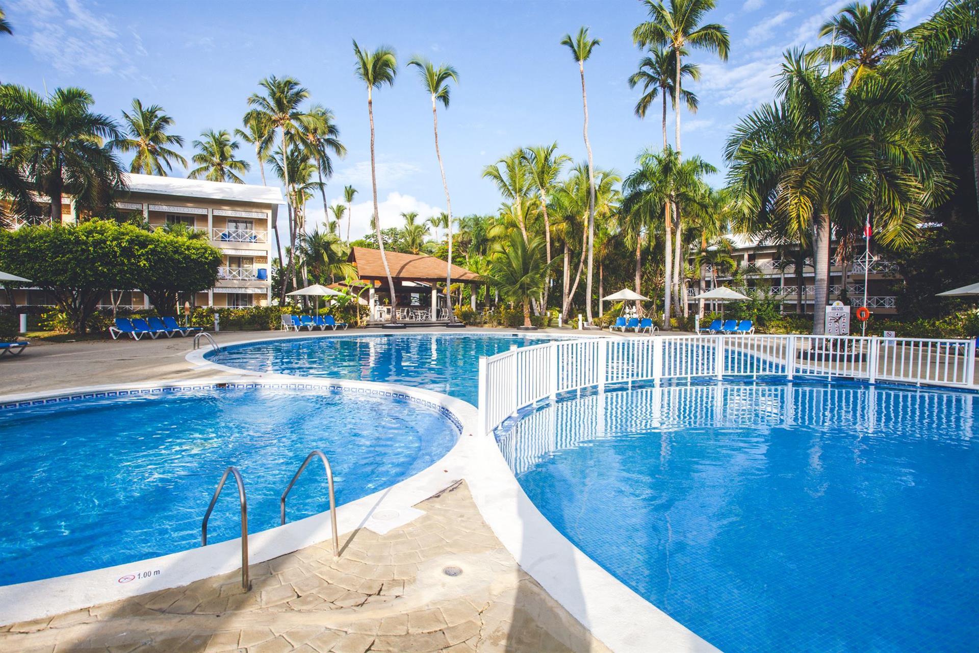 Фото бассейна у отеля