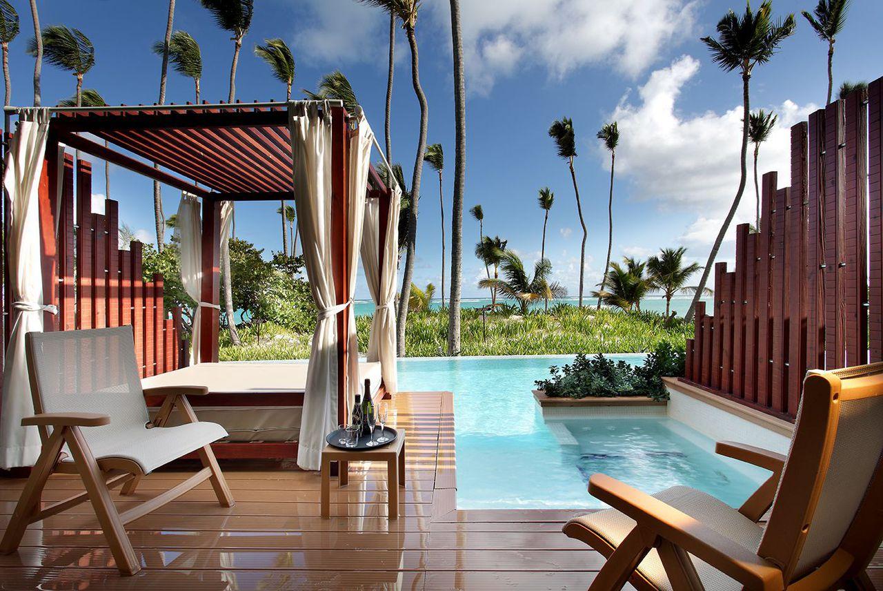 Фото бассейна в отеле Баваро Сьют Резорт