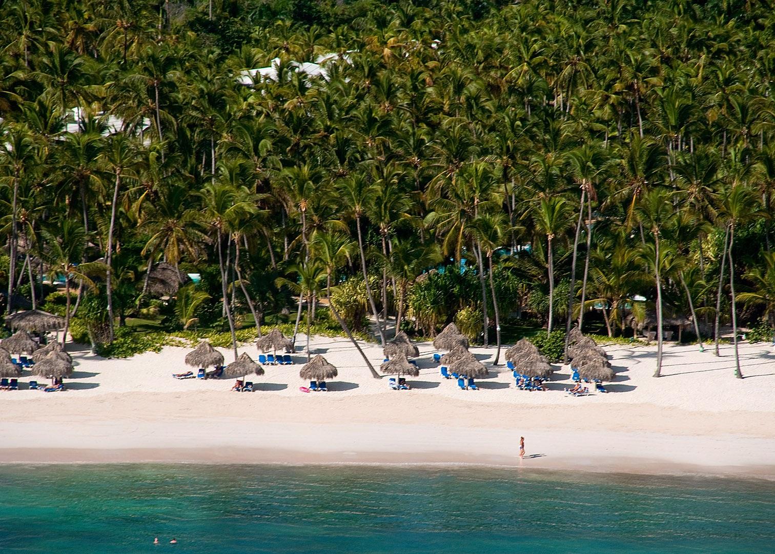 Территория пляжа гостиницы