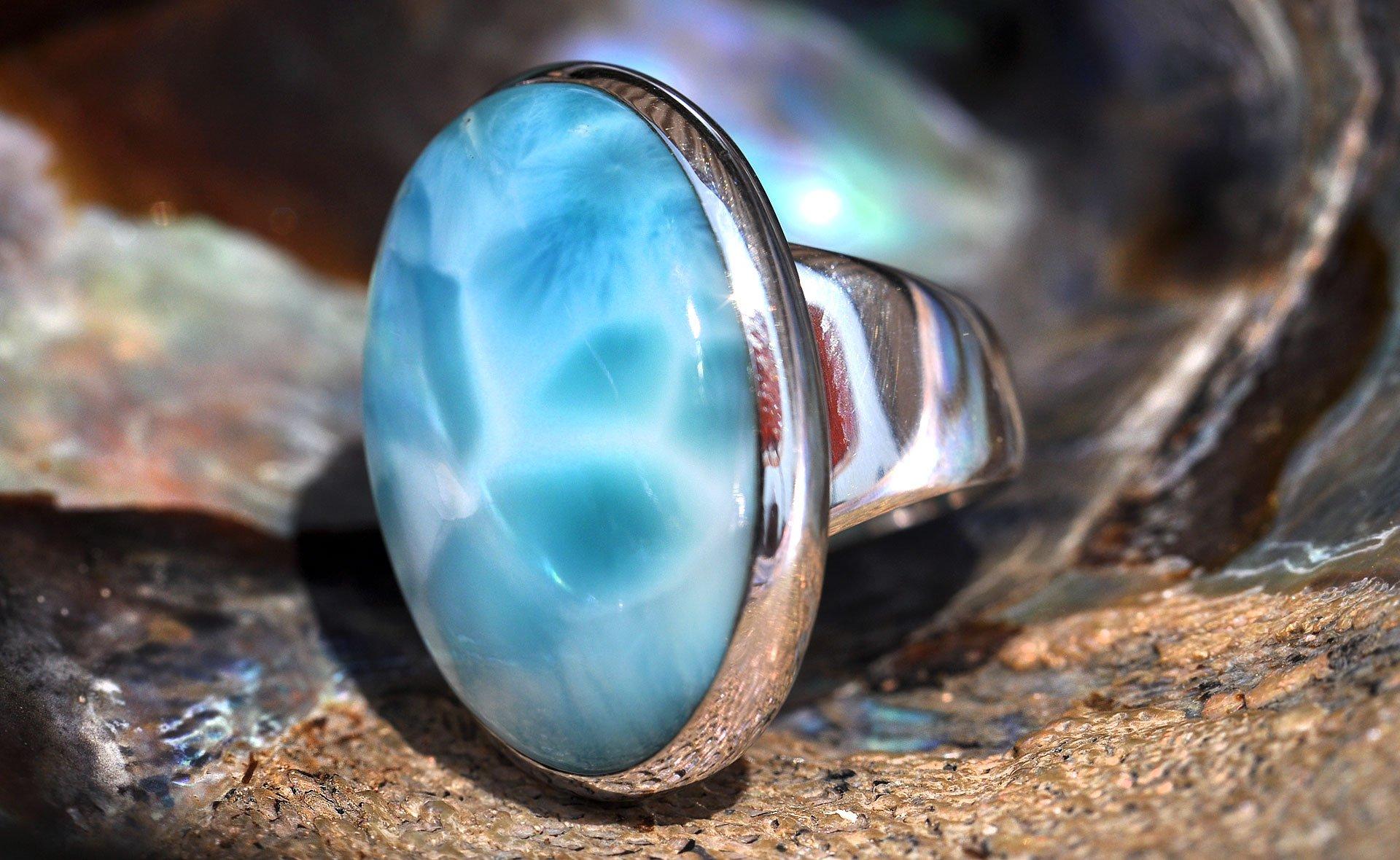 Камень ларимар из Доминиканы