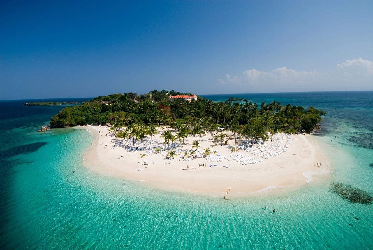 На фото пляж острова Кайо-Левантадо