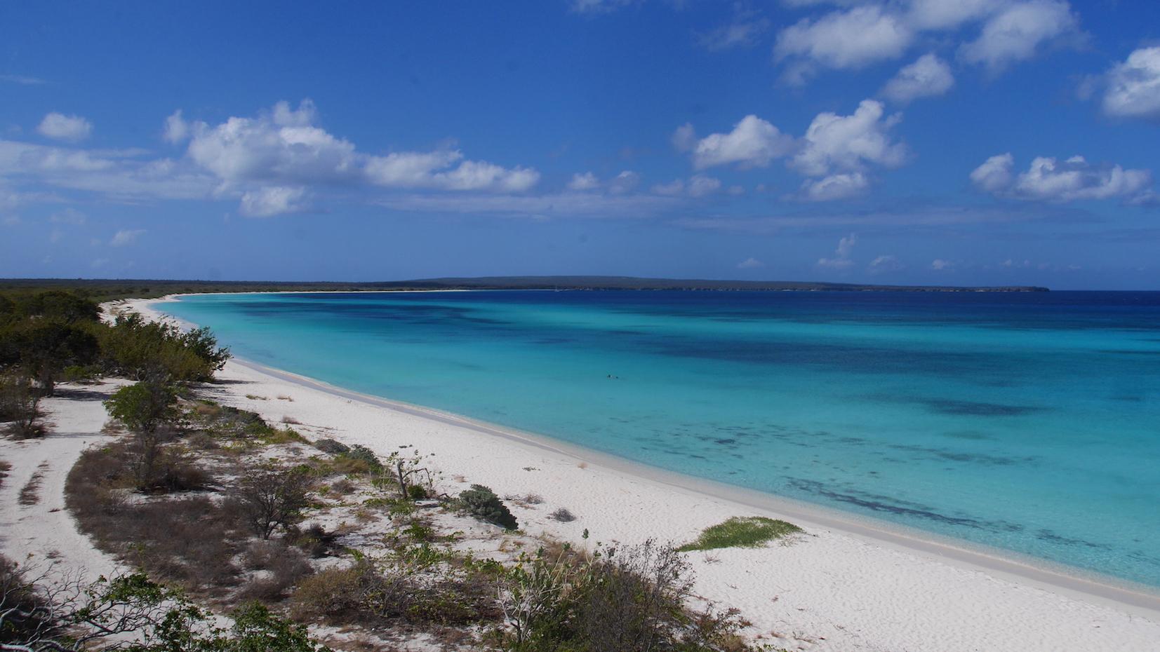 На фото пляж Байя-де-лас-Агилас